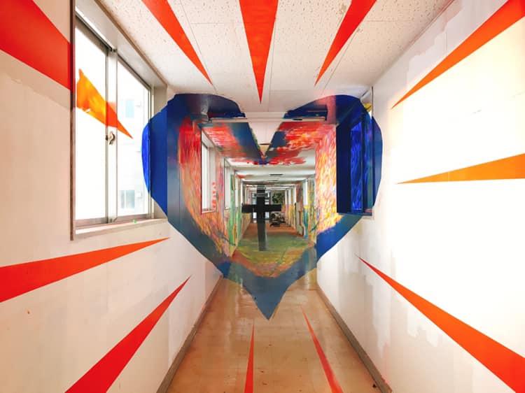 .愛鄰教會走廊的牆壁創作——「創世記中的七天創造」。擷取自內越努牧師臉書